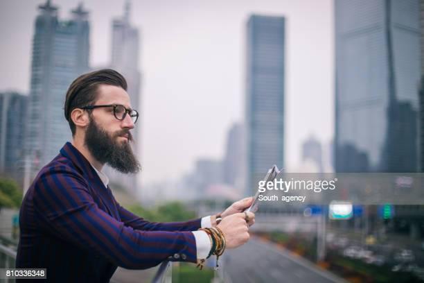 Homme debout à l'extérieur