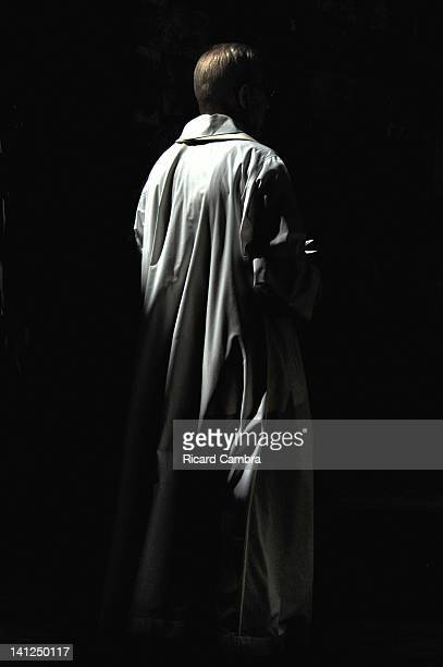 man standing under spotlight - ロングコート ストックフォトと画像