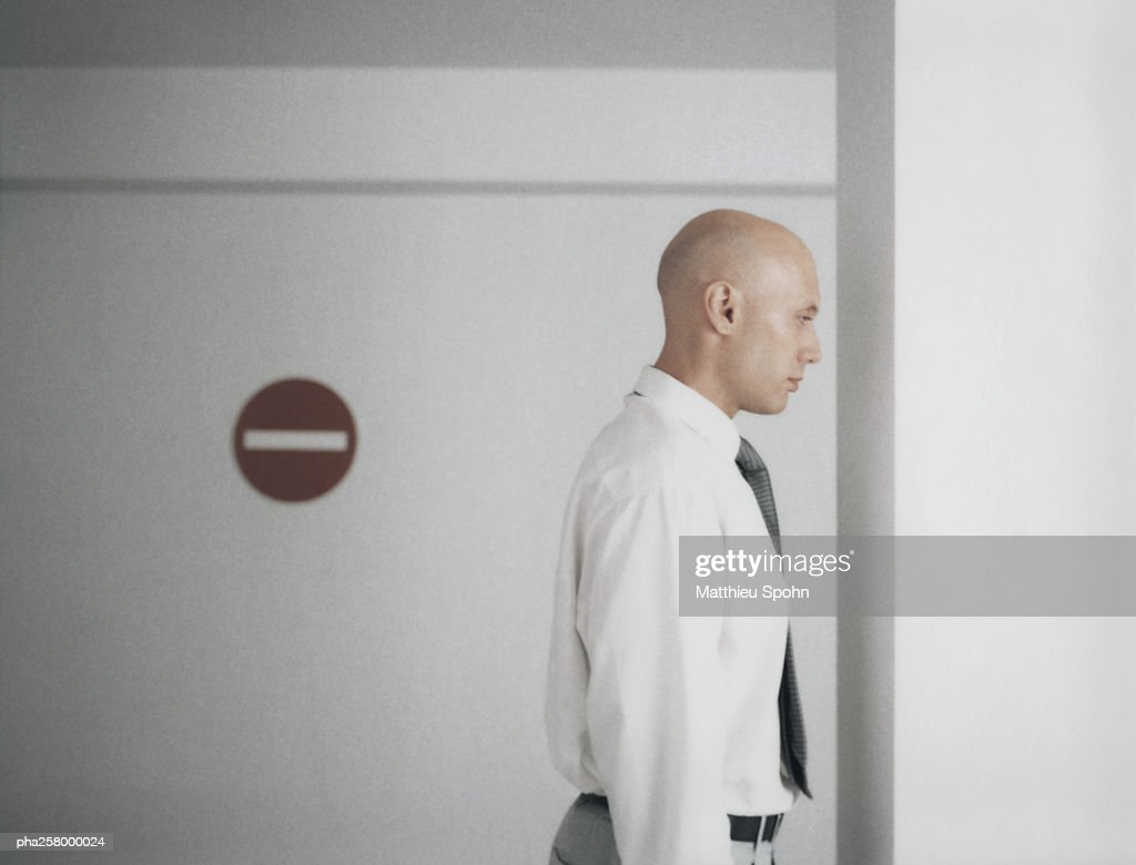 Man standing with back turned to no entry sign : Stockfoto
