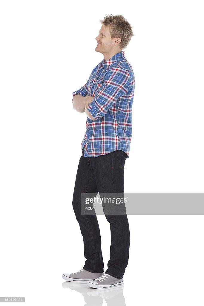 男性に立つ彼は両腕を組む : ストックフォト