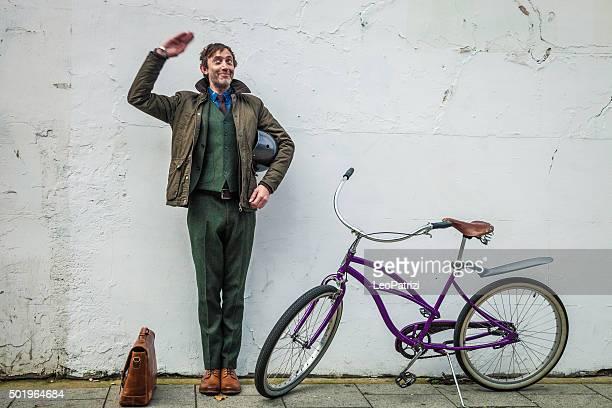 homme debout avec le vélo sur un mur blanc - velo humour photos et images de collection