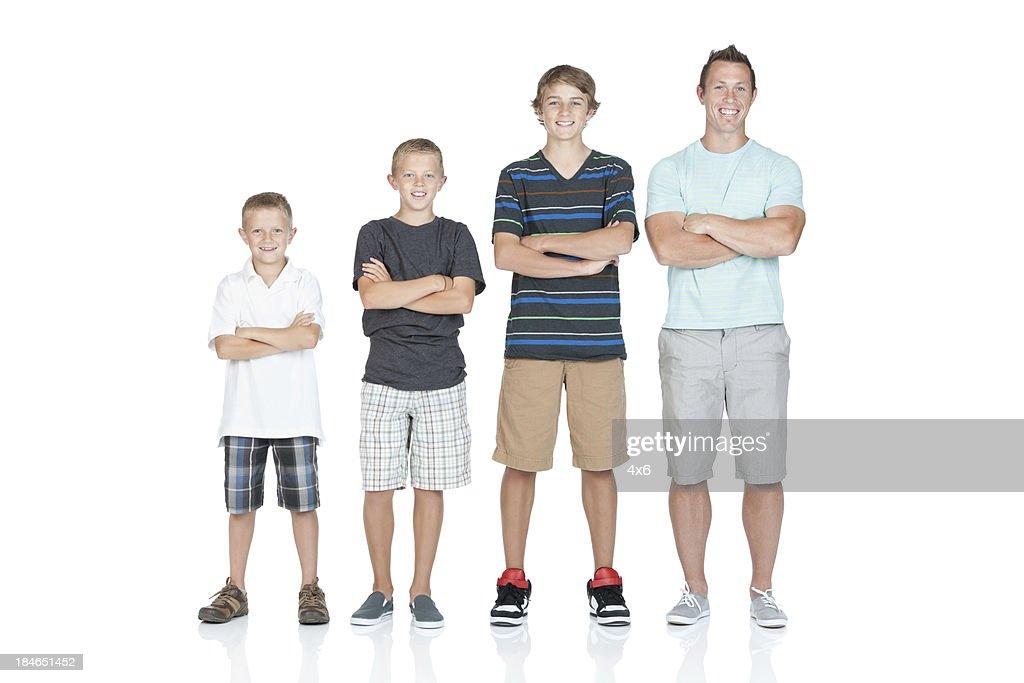 Hombre de pie con sus hijos en orden ascendente : Foto de stock