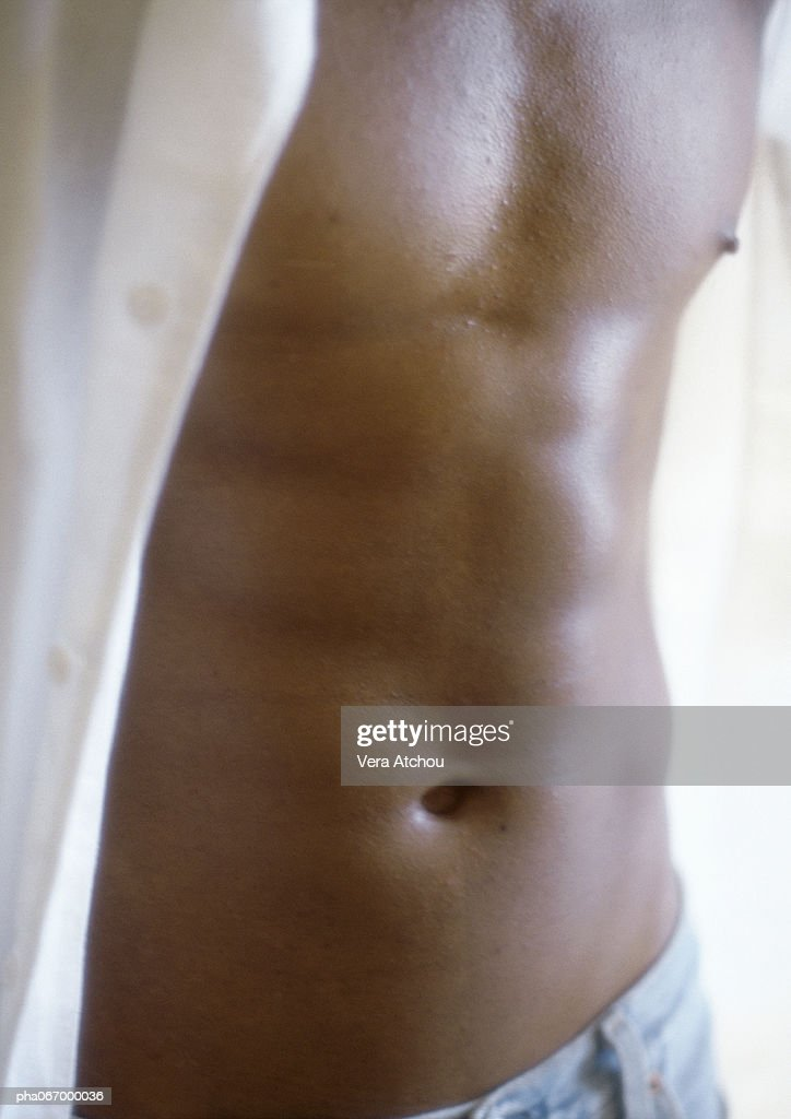 Man standing with shirt open, close up of torso : Stockfoto