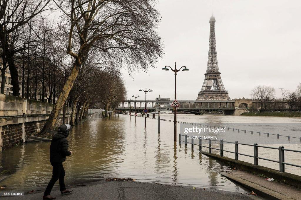 TOPSHOT-FRANCE-WEATHER-RAIN-FLOOD : News Photo