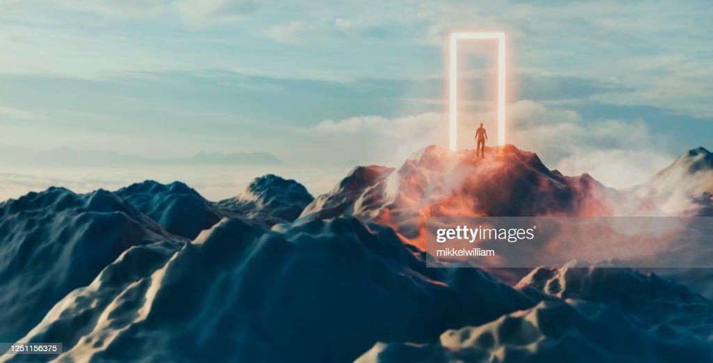 De mens bevindt zich voor gloeiend portaal en staat op het punt om het onbekende binnen te gaan : Stockfoto