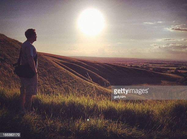 男性には山メドウの夕暮れ - アフィントン ストックフォトと画像