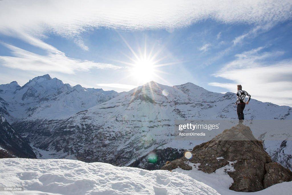 Homem está na Cimeira de pico das Neves, fica desactivado : Foto de stock