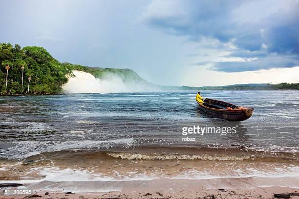 man steering una canoa flotante en la laguna de canaima - paisajes de venezuela fotografías e imágenes de stock