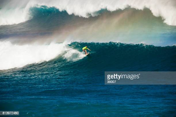 man surfing big wave at maui, hawaii - big wave surfing stock pictures, royalty-free photos & images
