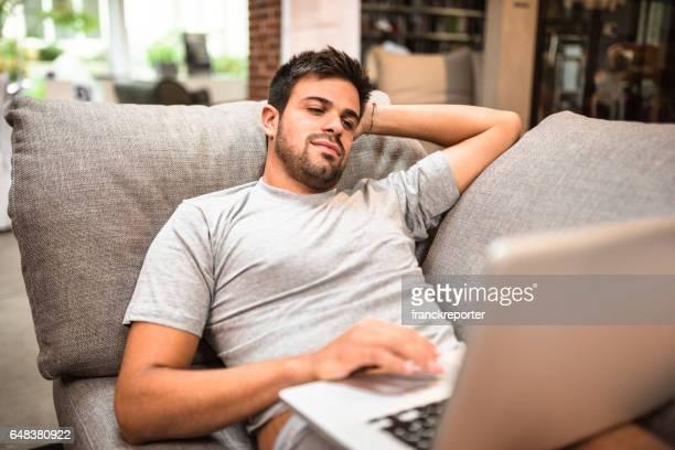 男コーチにサーフィンやウェブ上の購入 - ナイトウェア ストックフォトと画像