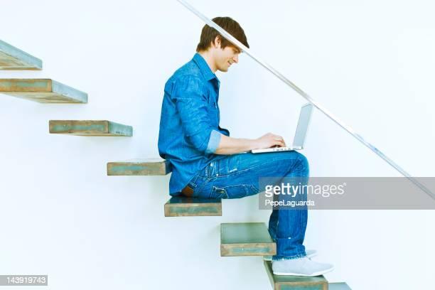 Mann Surfen im Internet auf eine moderne Treppe