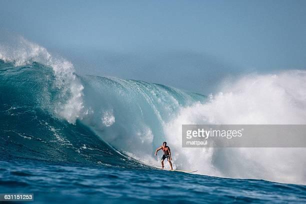 man surfing wave, waimea bay, north shore, oahu, hawaii, america, usa - waimea bay - fotografias e filmes do acervo