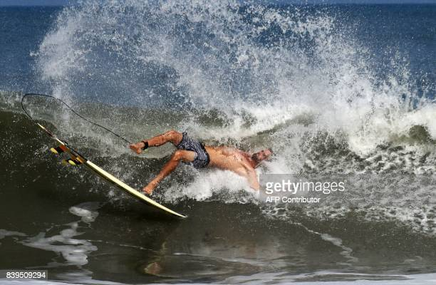 A man surfs during the annual Covelong Point Classic Surf festival at Kovalam on the outskirts of Chennai on August 26 2017 / AFP PHOTO / ARUN SANKAR