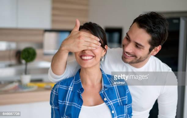 Mann überraschend Frau zu Hause