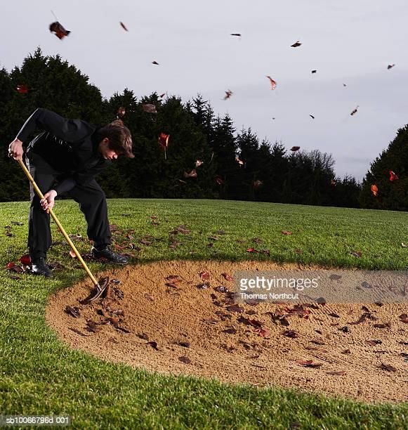 man 素晴らしいゴルフコースとブラシ、サイドの眺め - バンカー ストックフォトと画像