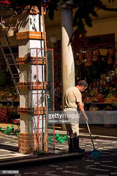 man sweeping market floor before closing - merten snijders - fotografias e filmes do acervo