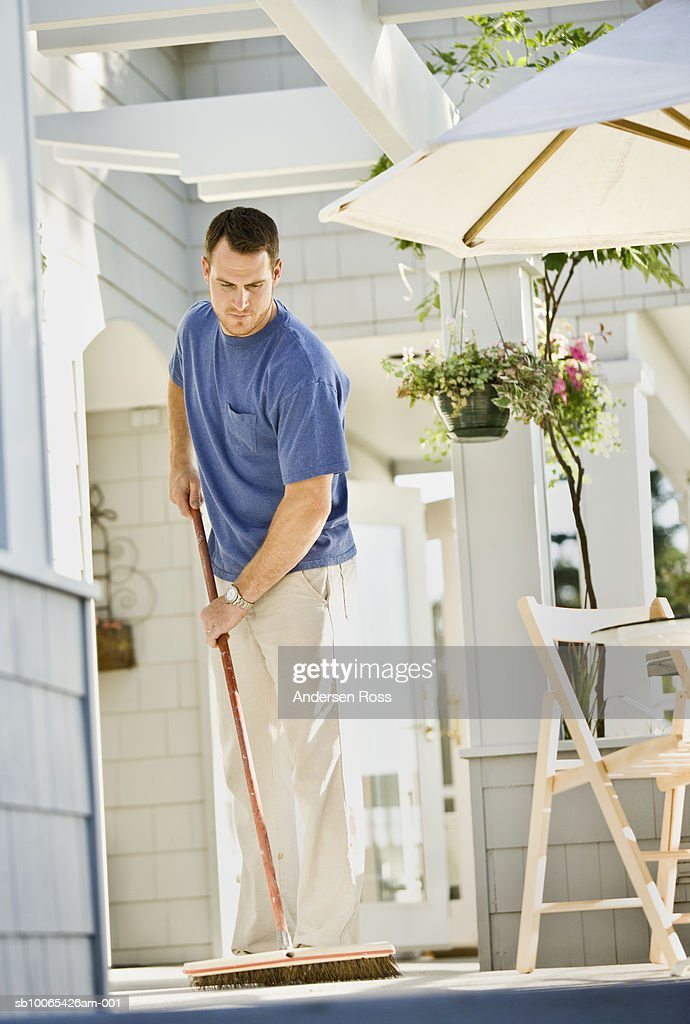 Man sweeping porch : Foto stock