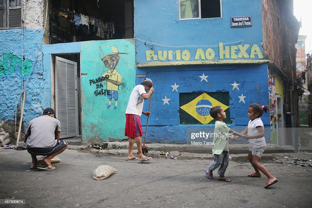 Residents Gather in Rocinha Favela Of Rio Ahead of Elections : Nachrichtenfoto