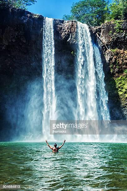 Homme nager à Wailua Falls