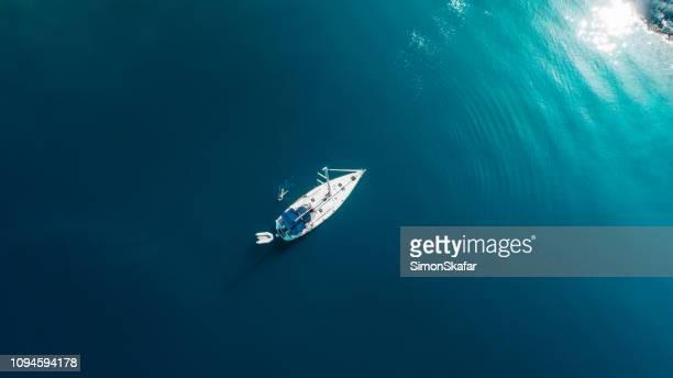 homem a nadar pelo barco perto de dugi otok, croácia - veículo aquático - fotografias e filmes do acervo