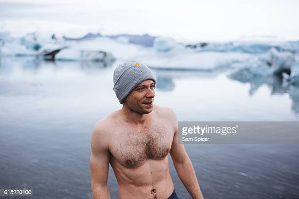 man swimming in iceberg glacier lagoon, jökulsárlón, iceland - boeddhisme stockfoto's en -beelden