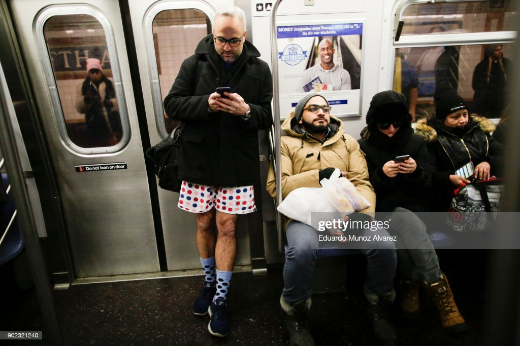 Participants Of Annual No Pants Subway Brave Freezing Temperatures In NYC To Ride Subway In Underwear : Photo d'actualité