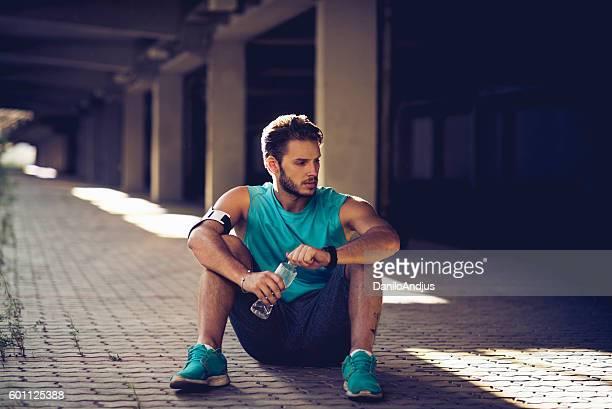 Homme prenant une pause après l'entraînement.