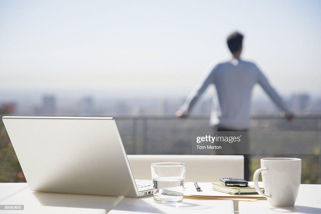 Homme prenant une pause de travail sur le balcon : Photo