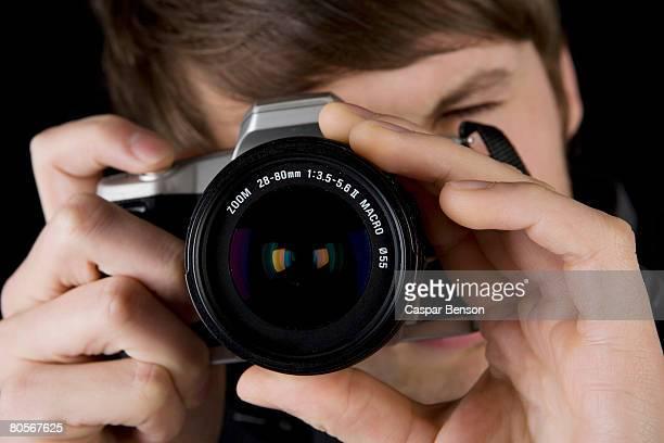 a man taking a photograph - só um adulto de idade mediana - fotografias e filmes do acervo