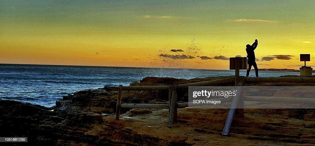 A man taking a selfie on the cliffs at Roc de San Gaíeta at... : Fotografía de noticias