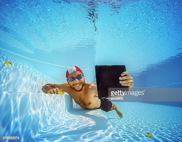 Hombre tomando un autorretrato submarino