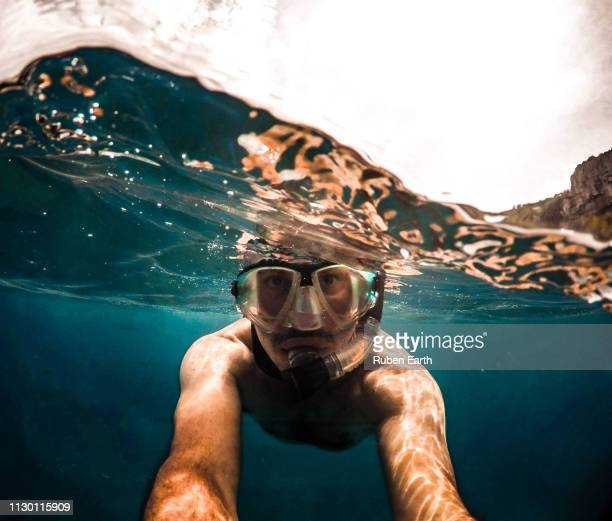 man taking a selfie while snorkelling - scuba mask stock pictures, royalty-free photos & images
