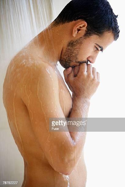man taking a shower - naakte man en profiel stockfoto's en -beelden