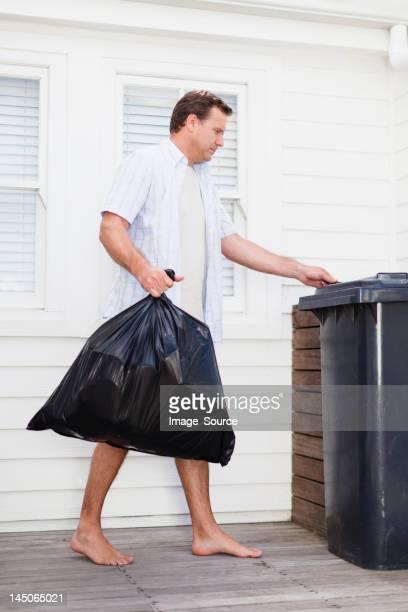 Mann nehmen Sie Müll wieder