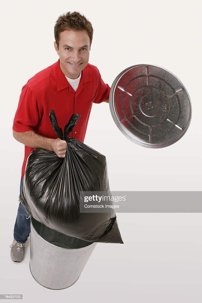 Man taking out trash : Stockfoto