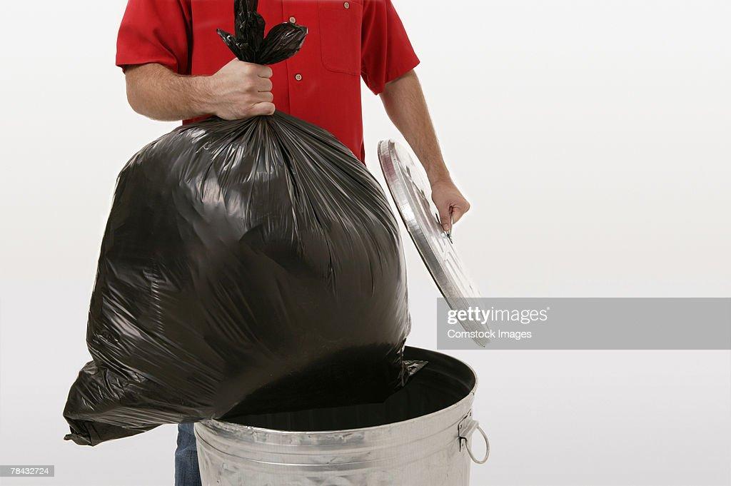 Man taking out trash : Stockfoto