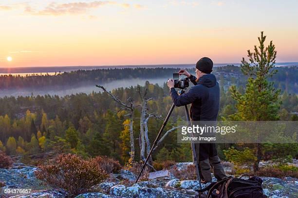man taking photo of sunset - dalsland - fotografias e filmes do acervo