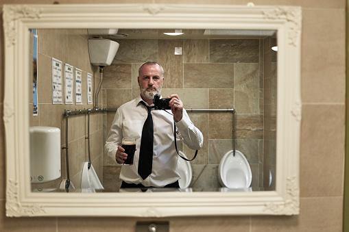 Man Taking Self Portrait In Mirror - gettyimageskorea