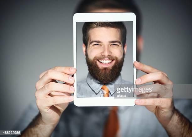 Homme prenant selfie.