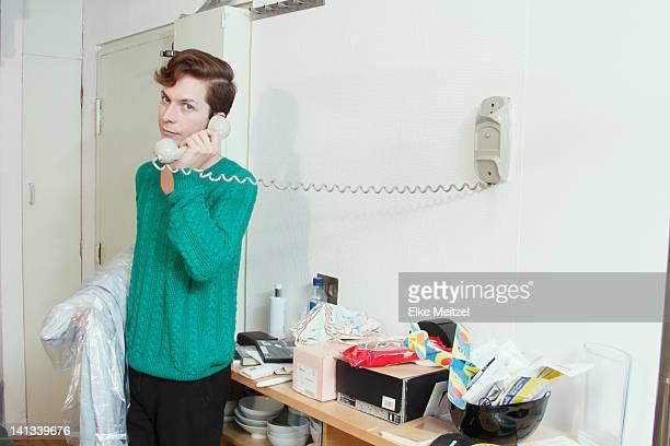 uomo parla al telefono - rispondere foto e immagini stock