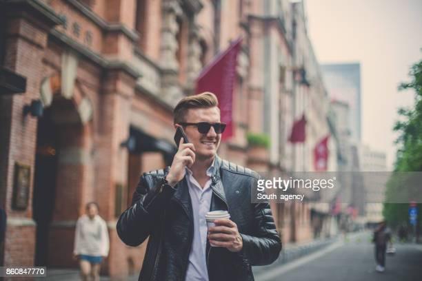 Mann sprechen auf dem Handy
