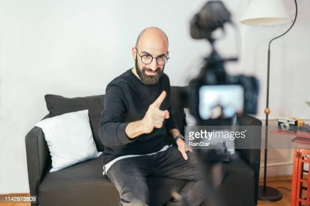 mann im gespräch mit der kamera - reporterstil stock-fotos und bilder