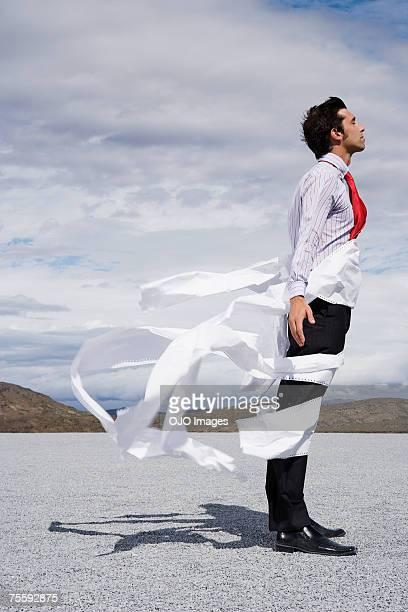 Homme Emmêlé dans le vent issu de journaux
