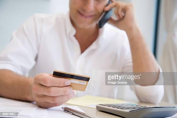 Un homme téléphone banque