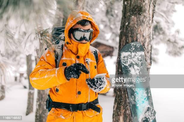 man tekstberichten van besneeuwde bos - handschoen stockfoto's en -beelden