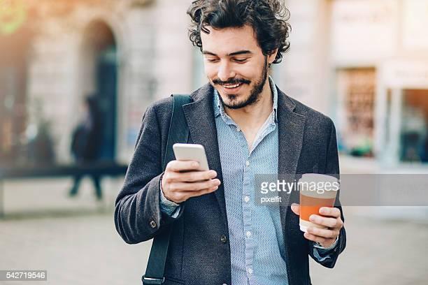 Homme SMS de la pause-café