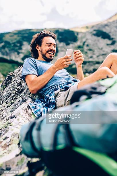 Mann SMS auf die Berge