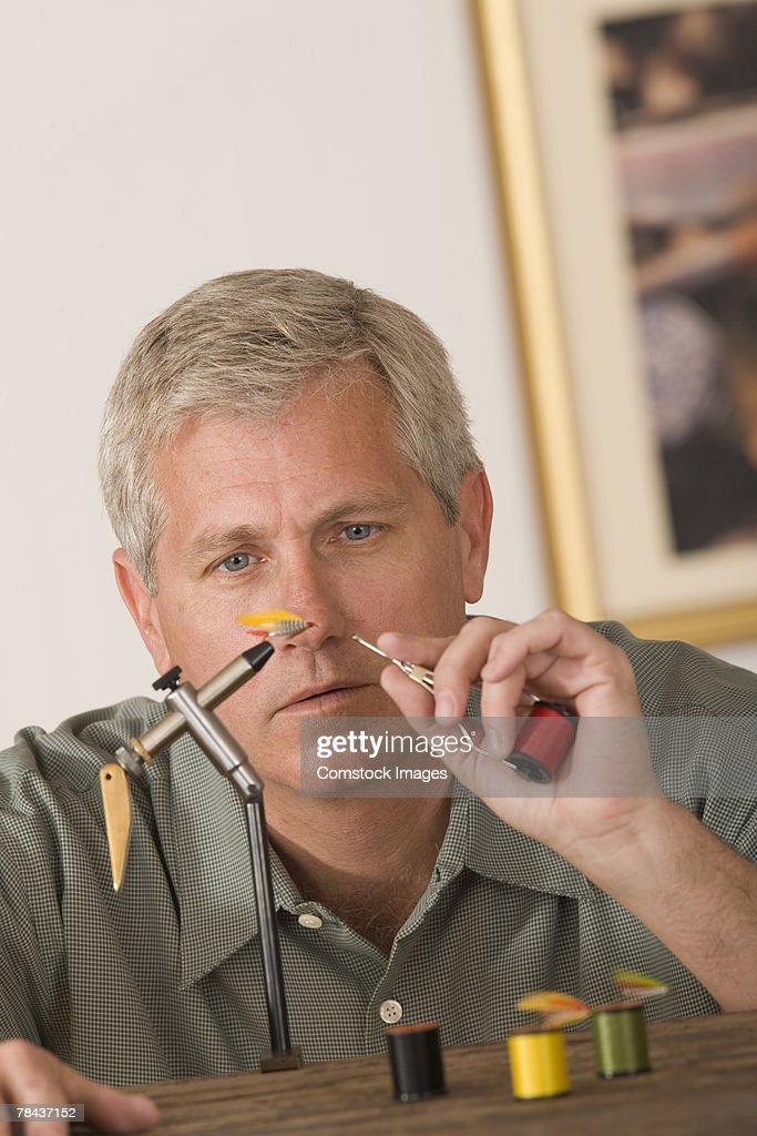 Man threading a fishing lure : Stockfoto