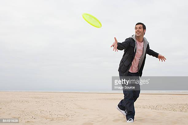 man throwing a flying disc - lanciare foto e immagini stock