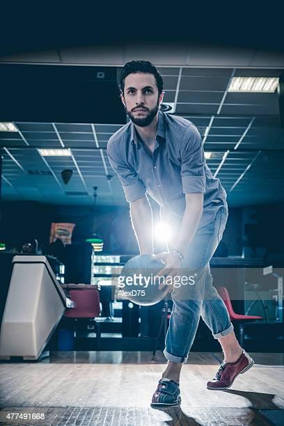 man 投げるボーリングボール - ボーリング場 ストックフォトと画像